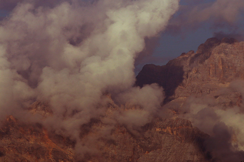 Enrosadira; montagna con nuvole rosa al tramonto; fenomeno dell'enrosadira; dolomiti; enrosadira; rosa; pink; mountain; cortina; cortina d'ampezzo; tofane; rocks; dolomites; mountain; sofia podestà photographer; sofiapodesta; clouds; pink clouds; cloud; rosengarten; myth; legend; fairytale; surreal;