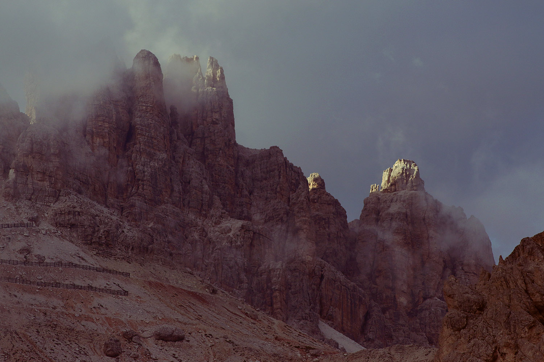 enrosadira; montagna con nuvole rosa al tramonto; podestasofia; sofiapodesta; podestà sofia; clouds; rocks; pink rocks; myth; enrosadira; photography; photographer; monti pallidi; fenomeno dell'enrosadira; dolomiti; enrosadira; rosa; pink; mountain; cortina; cortina d'ampezzo; tofane; rocks; dolomites; mountain; sofia podestà photographer;