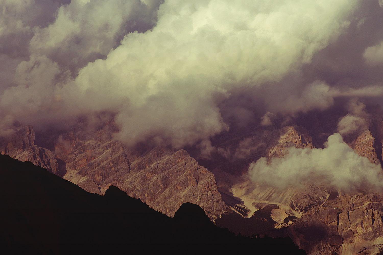 enrosadira; rosa; pink; clouds; montagna con nuvole rosa al tramonto; fenomeno dell'enrosadira; dolomiti; enrosadira; rosa; pink; mountain; cortina; cortina d'ampezzo; tofane; rocks; dolomites; mountain; sofia podestà photographer;