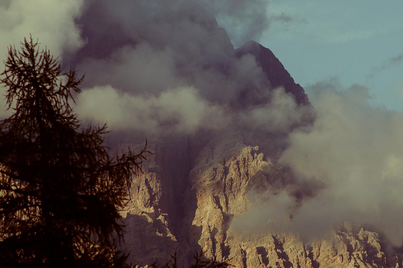 montagna con nuvole rosa al tramonto; fenomeno dell'enrosadira; dolomiti; enrosadira; rosa; pink; mountain; cortina; cortina d'ampezzo; tofane; rocks; dolomites; mountain; sofia podestà photographer;